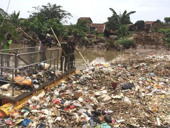 Индонезия мусор река