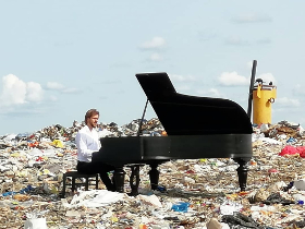 Музыкант сыграл на рояле в центре мусорного полигона — захватывающее видео