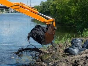 Из реки Миасс в Челябинске подняли пять тысяч кубометров мусора