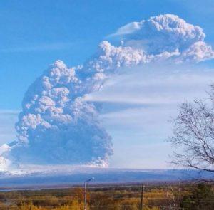 Камчатский вулкан Шивелуч выбросил столб пепла на 9 километров