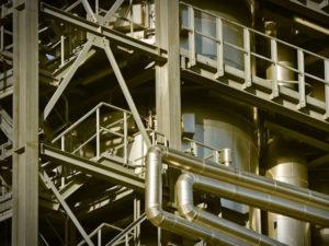 """Еще 25 мусоросжигающих электростанций в туристических центрах страны намерена построить корпорация """"Ростех"""". Стоимость проекта оценивается в 600 млрд рублей, сообщает Коммерсантъ. """"Ростех"""", """"Росатом"""" и ВЭБ.РФ заключили соглашение о сотрудничестве по строительству 25 мусоросжигающих электростанций (МТЭС) в РФ. Предполагаемый объем участия ВЭБ.РФ составляет около 200 млрд руб. Предполагается также привлечь в проект деньги банков, частных инвесторов и другие источники. Оператором программы станет компания """"РТ-Инвест"""" (дочерняя структура """"Ростеха""""), """"Росатом"""" выступит поставщиком оборудования. Конкретное расположение станций корпорации не сообщают, но отмечают, что компании готовы построить генерацию в """"крупнейших туристических центрах России, а также в агломерациях с населением не менее 500 тыс. человек"""". """"РТ-Инвест"""" предлагает половину объема инвестиций возвращать через повышенные платежи за мощность для потребителей оптового рынка электроэнергии по договорам на поставку мощности (ДПМ, подразумевает повышенные надбавки к цене мощности). """"РТ-Инвест"""" уже строит в России пять """"мусорных"""" станций по ДПМ: к декабрю 2022 года компания планирует запустить четыре МТЭС в Подмосковье и одну — в Татарстане. Общая мощность пяти МТЭС составит 355 МВт, их стоимость — 155 млрд руб. 50% платежа даст оптовый энергорынок в целом, 50% — потребители региона. В """"Совете рынка"""" сообщили """"Ъ"""", что отрицательно относятся к применению механизма ДПМ для строительства такой дорогой и ненужной, по сути, мощности. В """"Сообществе потребителей энергии"""" (объединяет крупных промышленных потребителей электроэнергии) рассказали, что на энергорынке гигантский профицит мощностей, новые ТЭС не требуются даже в отдаленной перспективе. В Минприроды """"Ъ"""" сообщили, что инициативу """"Ростеха"""" оценивают положительно и поддерживают инвестиционные проекты в сфере обращения с отходами, которые позволяют выполнять цели и показатели нацпроекта """"Экология""""."""