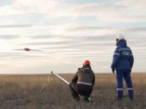 """Применение беспилотных аппаратов позволит компании значительно сократить затраты и время на проведение геологоразведочных работ, сообщает «ТАСС». """"Газпром нефть"""" может постепенно заменить в геологоразведке пилотируемую малую авиацию беспилотными аппаратами. Двигаясь в этом направлении, компания уже успешно испытала первый российский многофункциональный аэрокомплекс геологоразведки, сообщает """"Газпром нефть"""". """"Беспилотник выполняет сразу несколько типов геофизических исследований, которые ранее проводились исключительно с помощью авиации или наземной техники. Современное оборудование позволяет в два раза сократить расходы в сравнении с пилотируемой авиацией и в 50 раз ускорить сроки геологоразведочных работ относительно наземных методов"""", - отметили в компании. Аэрокомплекс способен проводить многоуровневую магниторазведку, малоглубинную электроразведку, аэрофотосъемку, а также мониторинг полевых работ с использованием видеосъемки в видимом спектре и инфракрасном диапазоне. """"Отказ от применения пилотируемой авиации при проведении геологоразведочных работ позволит """"Газпром нефти"""" значительно сократить затраты и время на их проведение"""", - подчеркнули в компании. Испытания показали, что беспилотный летательный аппарат способен за сутки обследовать участки площадью около 200 кв. км. Его применение эффективно практически во всех климатических зонах России, в том числе при температуре воздуха ниже - 40°C, порывах ветра до 20 м/ с, в дождь и снегопад. """"Беспилотники в геологоразведке — это пример прорывных технологий, которые кардинально меняют привычные форматы работы. Они быстрее, дешевле, эффективнее и экологичнее справляются с исследованиями, чем другие методы. Успешные испытания подтвердили, что уже сейчас часть геологоразведочных работ можно проводить с помощью дронов. Эти технологии не только значительно оптимизируют наши бизнес-процессы, но и будут востребованы на внешнем рынке"""", - отметил директор по технологическому развитию """"Газпром нефти"""" Алексей Вашкевич."""